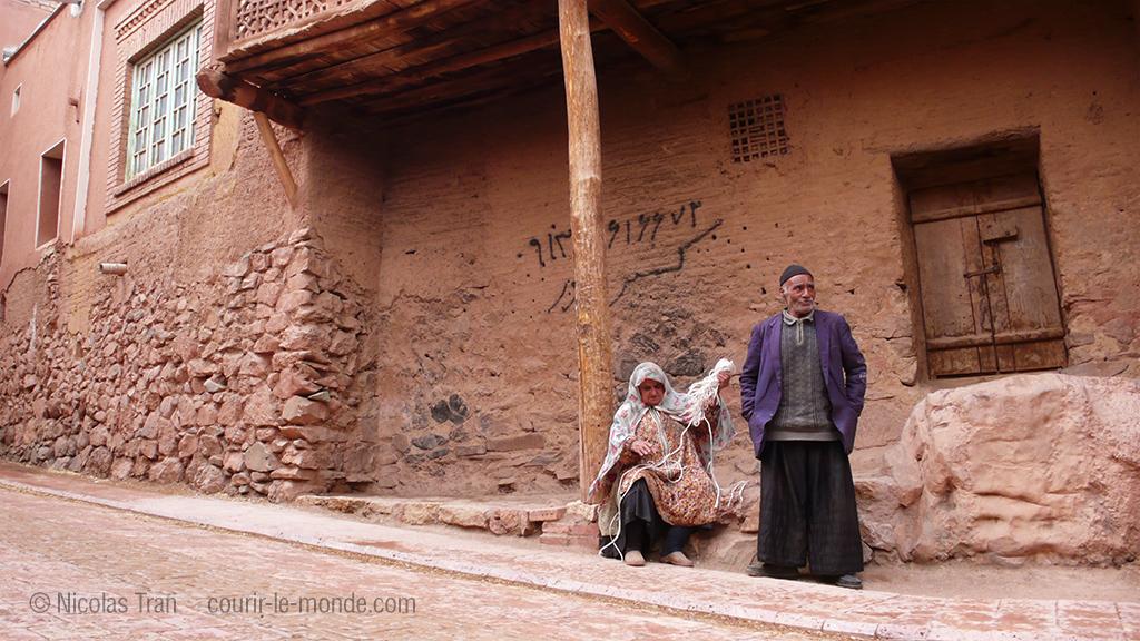 Personnes âgées dans les rues d'Abyaneh, Iran