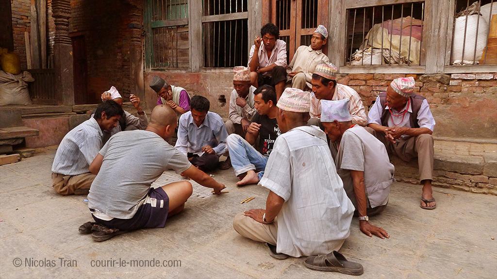 Hommes jouant, Bhaktapur au Népal