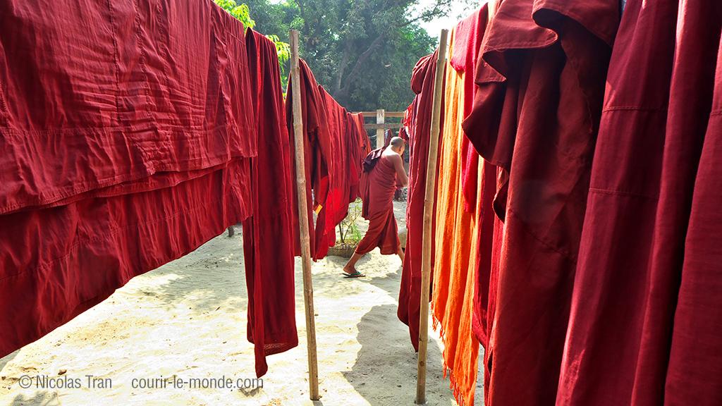 Vêtements monastiques au séchage, près du marché au jade, Mandalay