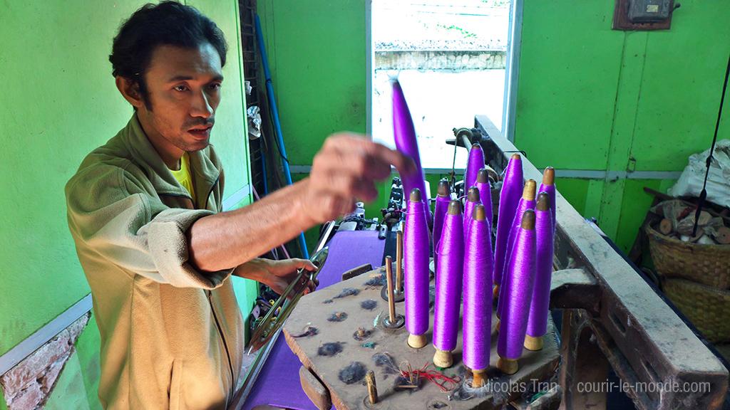 atelier de tissage artisanal sur le lac Inle, Birmanie