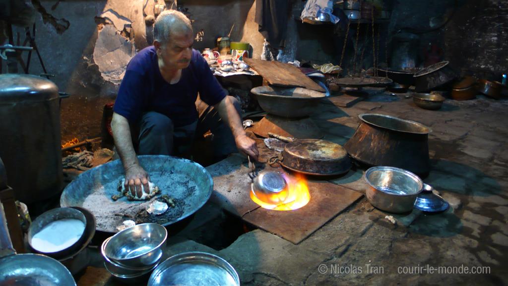 Galvanisation de casseroles, bazar de Kashan, Iran