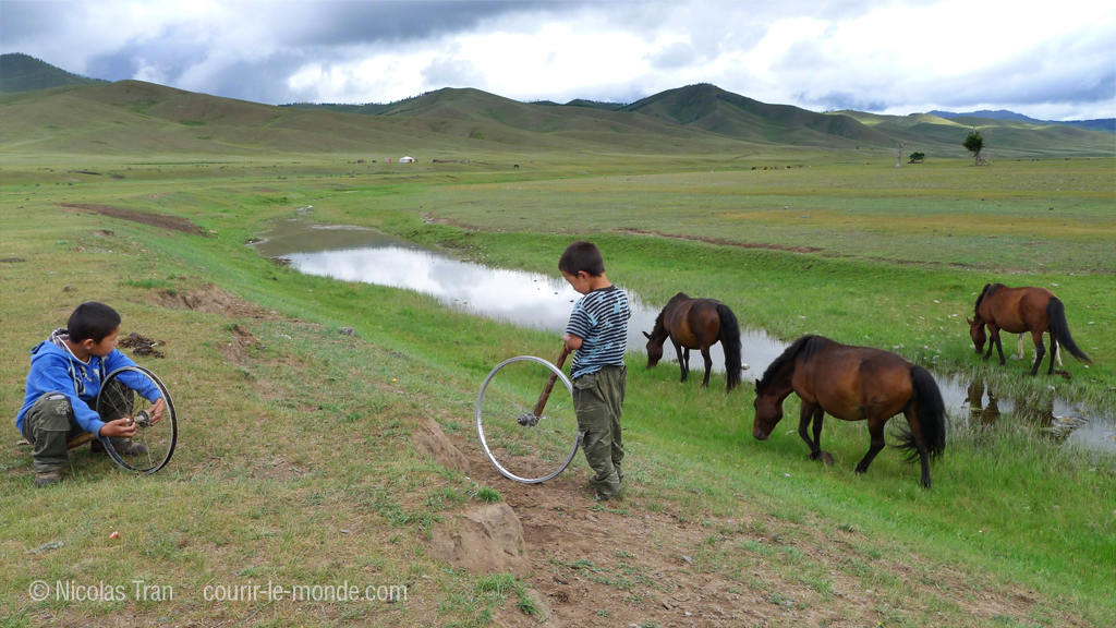 Enfants jouant, parc national de Terlj, Mongolie