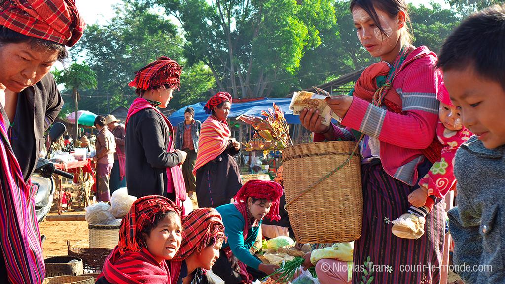 femmes Pa'o au marché d'Indein autour du lac Inlé, Birmanie