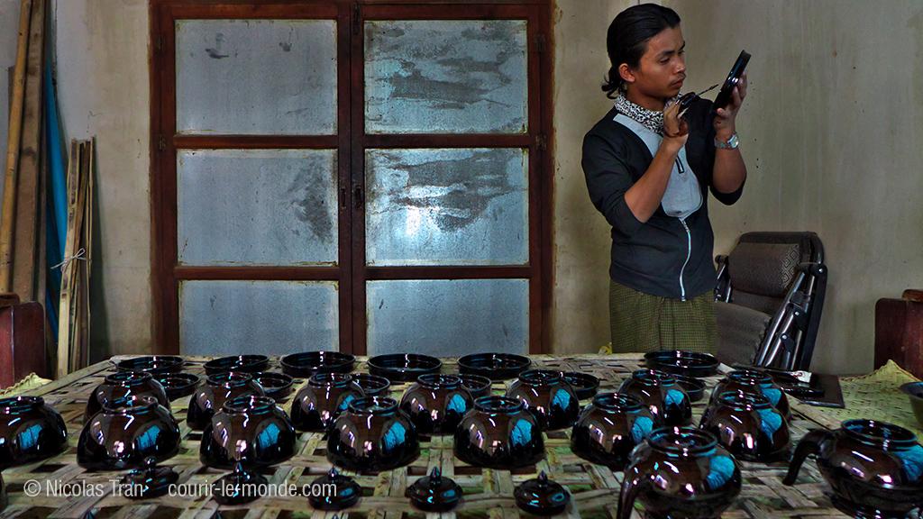 Artisan laquier près de Bagan, Birmanie