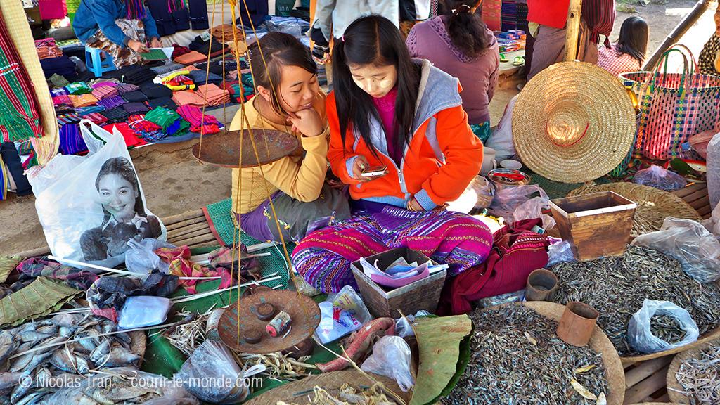 marché Indein, 2 jeunes marchandes de poissons séchés, Lac inle, Birmanie