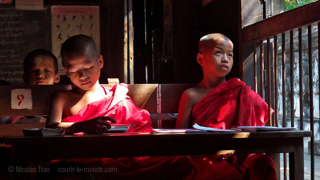 Jeunes enfants recevant l'enseignement monastique, Mandalay, Birmanie