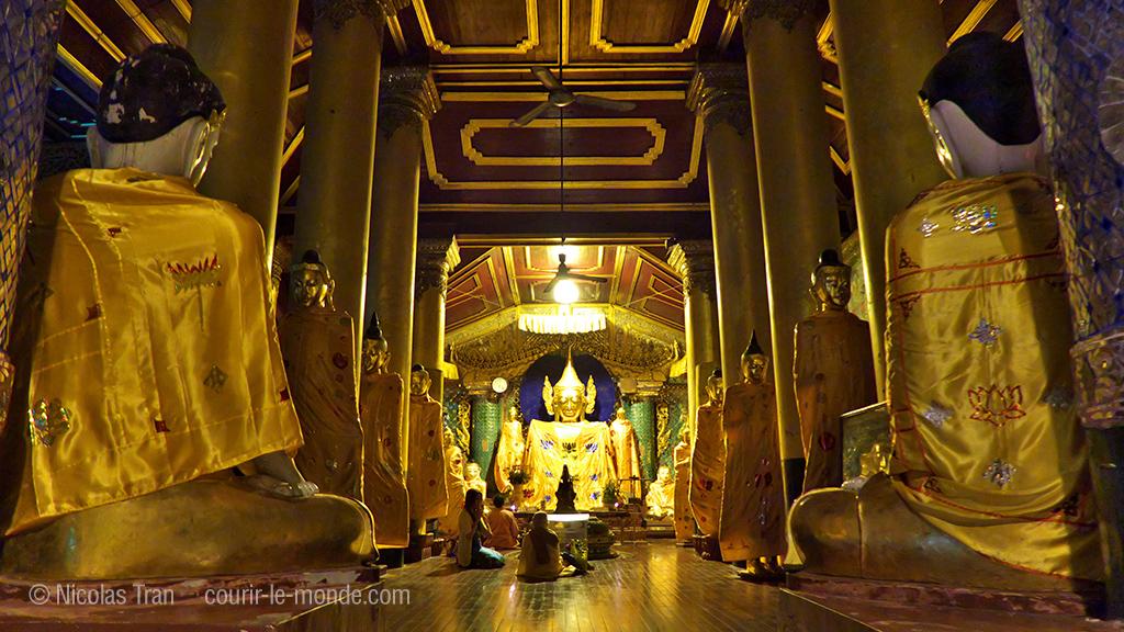 Une des nombreuses pagodes à Shwedagon, Yangon la nuit