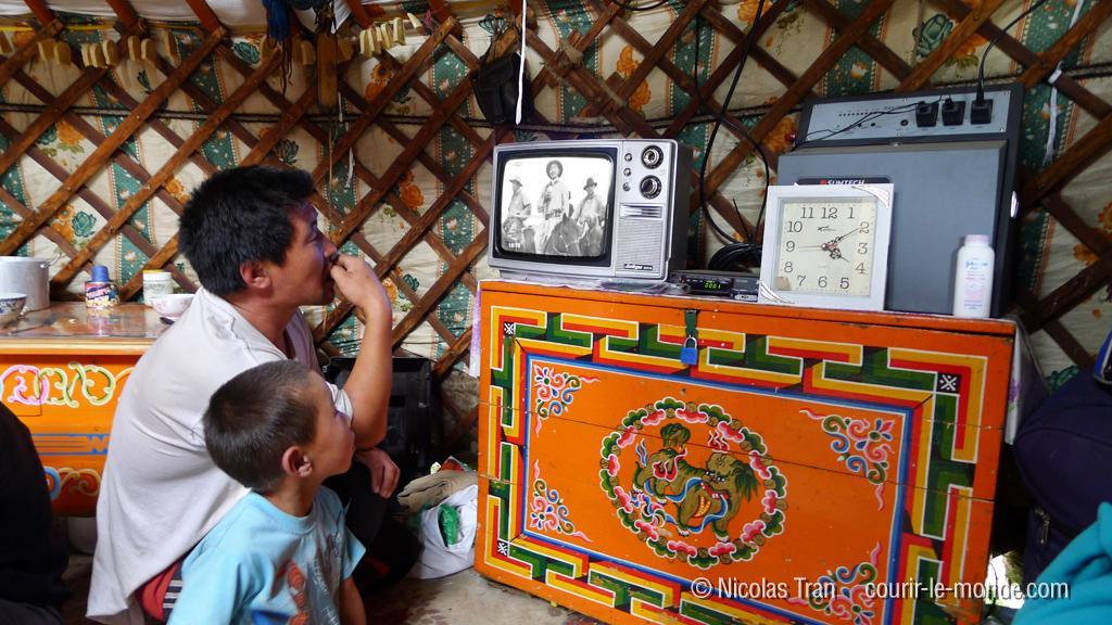 Film à la télé, branchée sur panneau solaire, parc national de Terlj, Mongolie