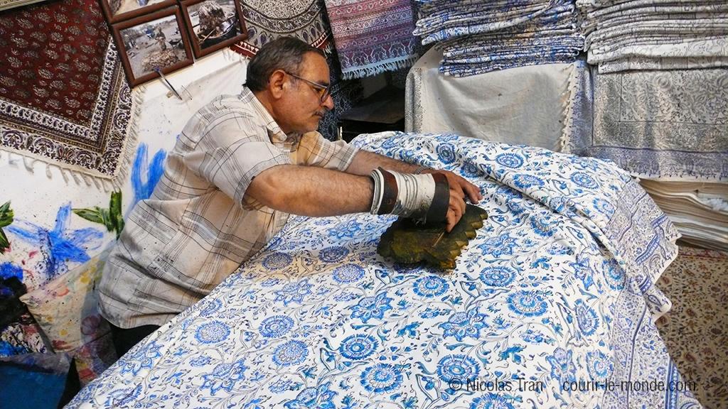 Artisan réalisant des tissus imprimés au tampon, Ispahan