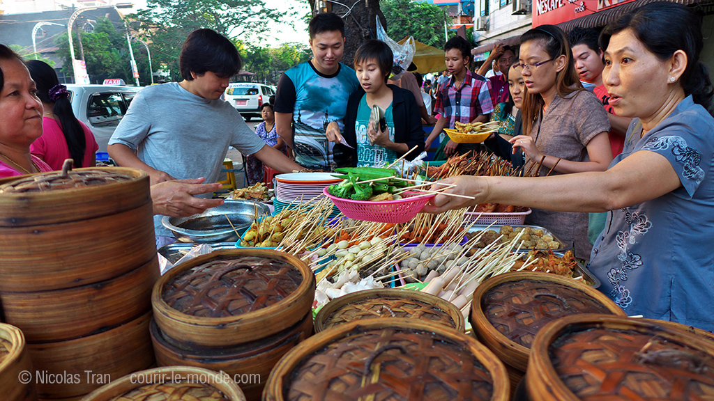 Restaurant de rue à Yangon, Birmanie